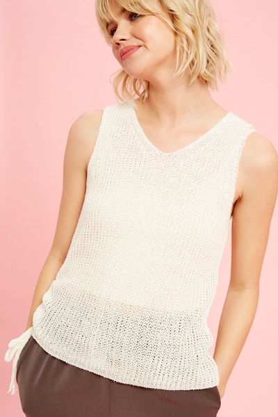 LIGHT WEIGHT KNIT SLEEVELESS TOP WITH RUCHED SIDE